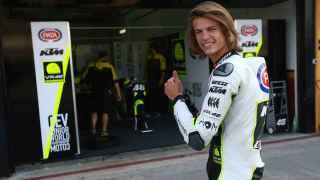 Nicolò Bulega posa sonriente junto al box del equipo júnior de Valentino Rossi.